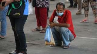 คนนั่งรอรับเงินเยียวยา