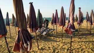 ภาพบรรยากาศที่่ชายหาดพัทยาที่เงียบเหงา ปราศจากนักท่องเที่ยวชาวต่างชาติ (ถ่ายเมื่อเดือน ม.ค. 2564)