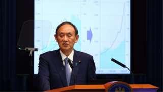 緊急事態宣言を拡大・延長を発表する菅首相(30日夜、首相官邸)