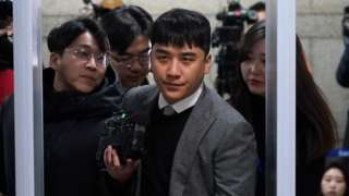 Lee Seung-hyun (centre), better known as Seungri, arrives in court. Photo: 13 January 2020