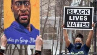 Kerumunan orang berkumpul di jalan tempat George Floyd menghembuskan napas terakhirnya bersorak dan menyebut namanya.