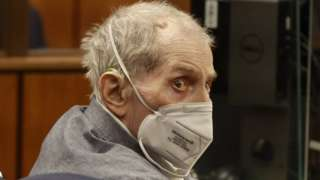 Robert Durst olha para trás em tribunal, usando máscara para covid-19