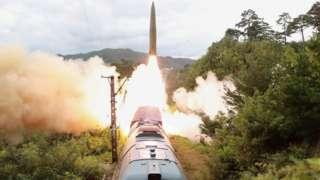 북한이 지난 15일 철도기동미사일연대의 검열사격훈련을 했다고 조선중앙통신이 16일 보도했다
