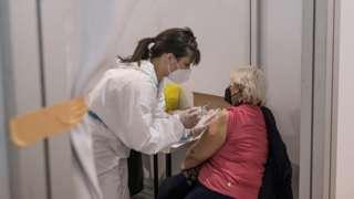 sinopharm aşısı yapılırken