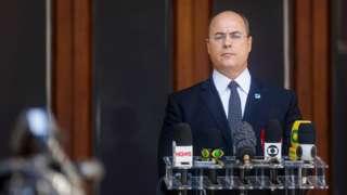 O governador Wilson Witzel em parlatório com microfones da imprensa