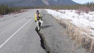 Rachadura em estrada no Canadá, observada pelo pesquisador Guy Doré