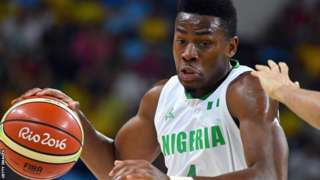Le basketteur nigérian Ben Uzoh en action aux Jeux olympiques de 2016.