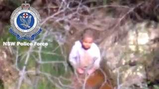 dečak u šumi