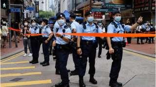 香港媒体称警方动员了一万名警员应对突发事件。