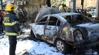 特拉維夫郊區拉馬特甘的一條街道受到火箭彈襲擊。