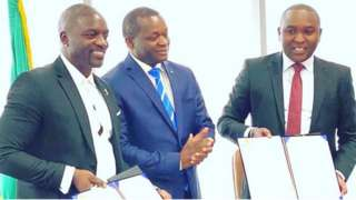 Akon with Senegal officials