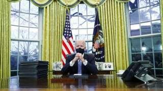 Президент Джо Байден в Овальном кабинете Белого дома 20 января