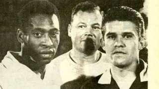 Velázquez (à direita) expulsou Pelé, mas em vez disso acabou ele mesmo sendo trocado