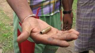భద్రతా దళాలు కాల్చిన బులెట్ చూపుతున్న గ్రామస్తులు