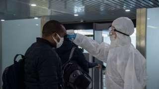 인천공항에서 검역 받는 외국인