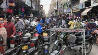 The Anarkali bazaar in Lahore last week, where social distancing was largely impossible
