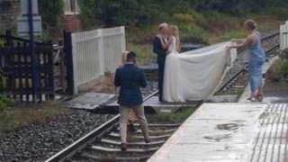 지난 7월 철로 위에서 웨딩 사진을 찍다가 적발된 커플