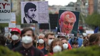 Тисячі чехів вийшли на протест проти президента. Все через Росію