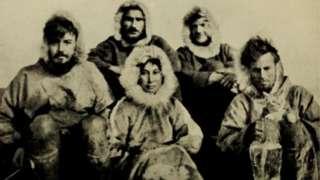 Ada Blackjack en el centro de esta foto con los otros miembros de la fatídica expedición.