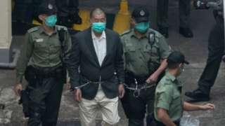 Полиция уводит Джимми Лая