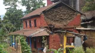 भूकम्पमा क्षतिग्रस्त लमजुङको घर