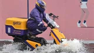 倫敦Nine Elms區一位摩托車司機闖過馬路淹水(25/7/2021)