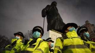 Памятник Черчиллю перед парламентом в Лондоне под охраной полиции
