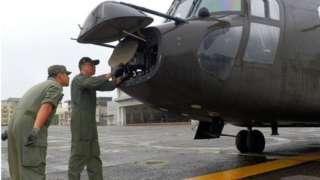 2020年10月8日,台湾陆军机械师在台湾一个未公开的军事基地维修一架军用飞机