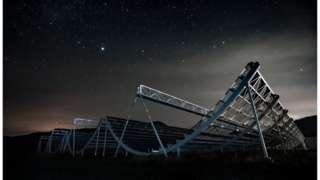 O telescópio Chime observa o céu na província canadense de British Columbia