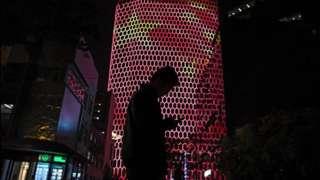 ચીનના રાષ્ટ્રધ્વજ પાસે એક વ્યક્તિની તસવીર