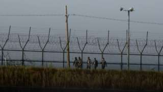 Корея аралынын түндүгү менен түштүгүн демилитаризацияланган алкак бөлүп турат