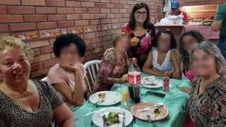 Salete (sentada) junto com irmãs e outras familiares; em pé está a aniversariante, Vera