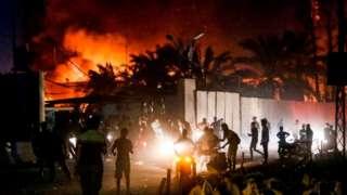 متظاهرون في العراق يشاهدون احتراق القنصلية الإيرانية في اليمن