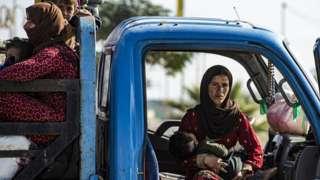 Keluarga yang kabur dari Suriah bagian utara.