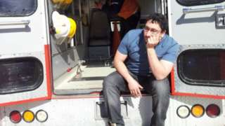 Daniel Gatica sentado en una ambulancia