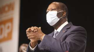 Le président de la Côte d'Ivoire Alassane Ouattara salue les partisans lors d'un congrès du parti à Abidjan, Côte d'Ivoire, 29 juillet 2020