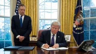 Robert Lighthizer (trái) trong Phòng Bầu dục với Tổng thống Donald Trump
