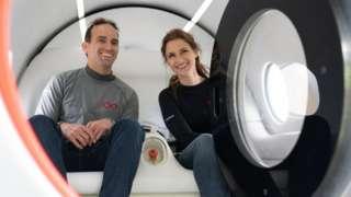 参与试车的两名乘客都是维珍超级高铁的员工(Credit: Virgin Hyperloop)