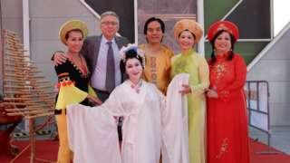 Nghệ sỹ Lê Mạnh Hùng cùng một MC người Ý và các đồng nghiệp châu Á