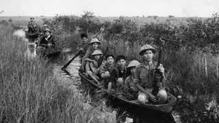 Du kích Việt Cộng di chuyển bằng thuyền nhỏ ở vùng Đồng Tháp Mười năm 1966