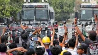 Участники акции протеста требовали освобождения арестованного лидера страны - Аун Сан Су Чжи