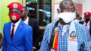 Viongozi wa upinzani Kizza Besigye kulia na Bobi Wine Kushoto
