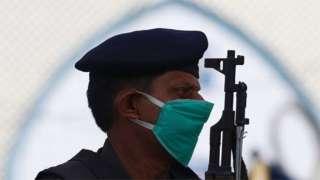 पाकिस्तान के कराची में पहरे पर तैनात एक पुलिस अधिकारी [फ़ाइल फ़ोटो]
