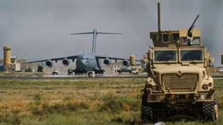 Ndege ya C-17 Globemaster ikijiandaa kuondoka kwenye uwanja wa ndege wa kimataifa wa Hamid Karzai mjini Kabul, Afghanistan, Jumapili tarehe 29 Agosti 2021