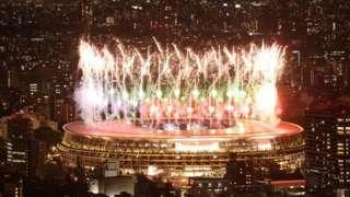 Фейерверк над Олимпийским стадионом в Токио, открытие Паралимпиады