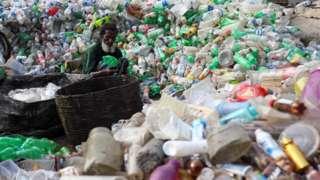 Plastik toplayan bir kişi
