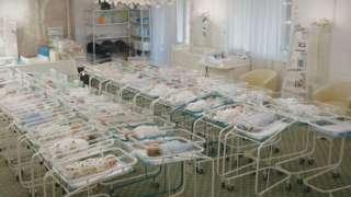 Los bebés en cunas separadas.