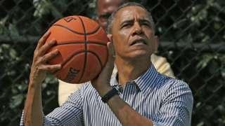 Obama ari gutera umupira wa basketball mu 2013