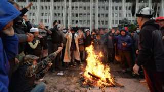Kırgızistan'da düzenlenen protesto gösterisi