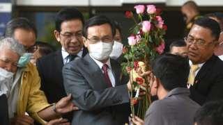 นายจาตุรนต์ ฉายแสง รับดอกไม้ให้กำลังใจจากผู้สนับสนุน หลังเสร็จสิ้นการรับฟังคำพิพากษา
